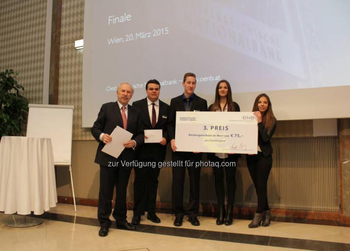 OeNB-Gouverneur Ewald Nowotny mit dem Gewinner des 3. Platzes beim OeNB/EZB-Schulwettbewerb, der HAK Zell/See