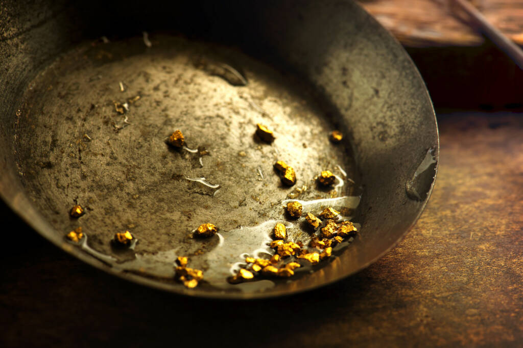 Gold, Pfanne, Gold-Waschen, Nuggets http://www.shutterstock.com/de/pic-220523407/stock-photo-finding-gold-gold-panning-or-digging-gold-on-wash-pan.html, © www.shutterstock.com (24.03.2015)