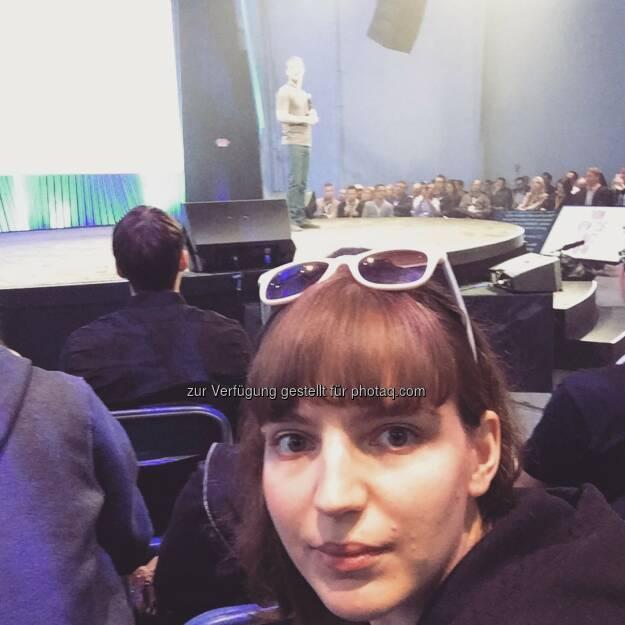 Ein Selfie mit Mark Zuckerberg. Kann man mal machen. - Teresa Hammerl, Facebook F8 2015 http://www.fillmore.at/lifestyle/das-war-mein-tag-auf-der-facebook-konferenz-f8/ (26.03.2015)