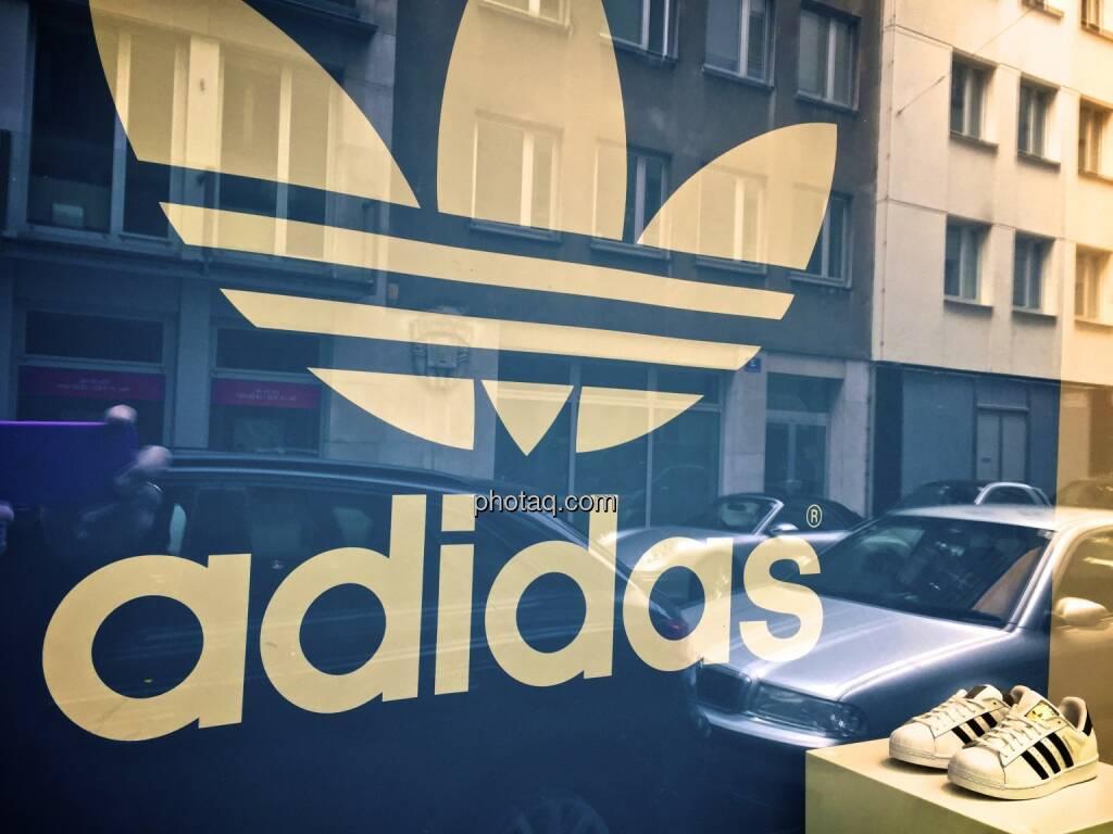 adidas Logo, Schuhe, Auslage, spiegeln, © photaq.com (30.03.2015)