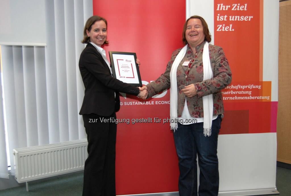 Sanochemia erhält Auszeichnung als Best Improver beim CDP Klimawandel Reporting: Susan Dreyer (re.) überreichte den Preis an  Bettina Zuccato von Sanochemia (Foto: Press'n'Relations Austria Gmb)., © Aussendung (02.04.2015)