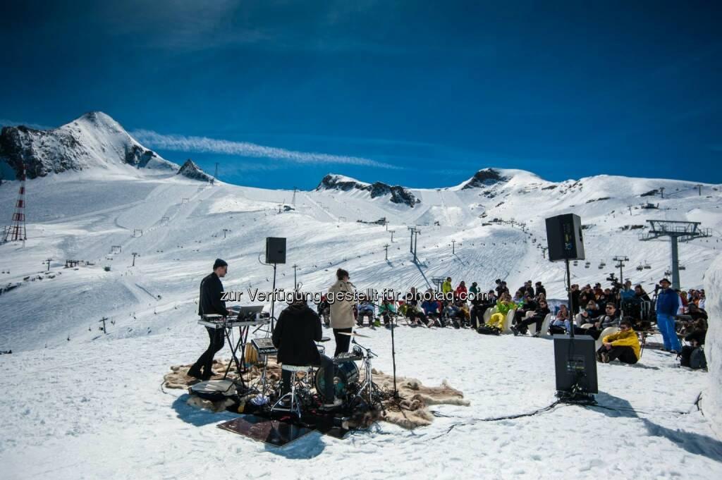 Lea Santee und Philipp Kohlweg live auf 2.600 Meter Höhe auf dem Kitzsteinhorn in Zell am See-Kaprun, © Aussender (13.04.2015)