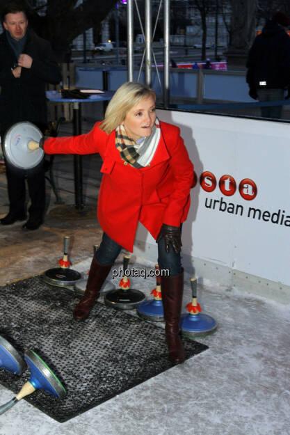 Ursula Sedunko (littleBear - Wirtschaftsfilm und Kommunikation) - Eisstockschiessen mit der Erste Immobilien KAG , © Herbert Gmoser für finanzmarktfoto.at (21.02.2013)