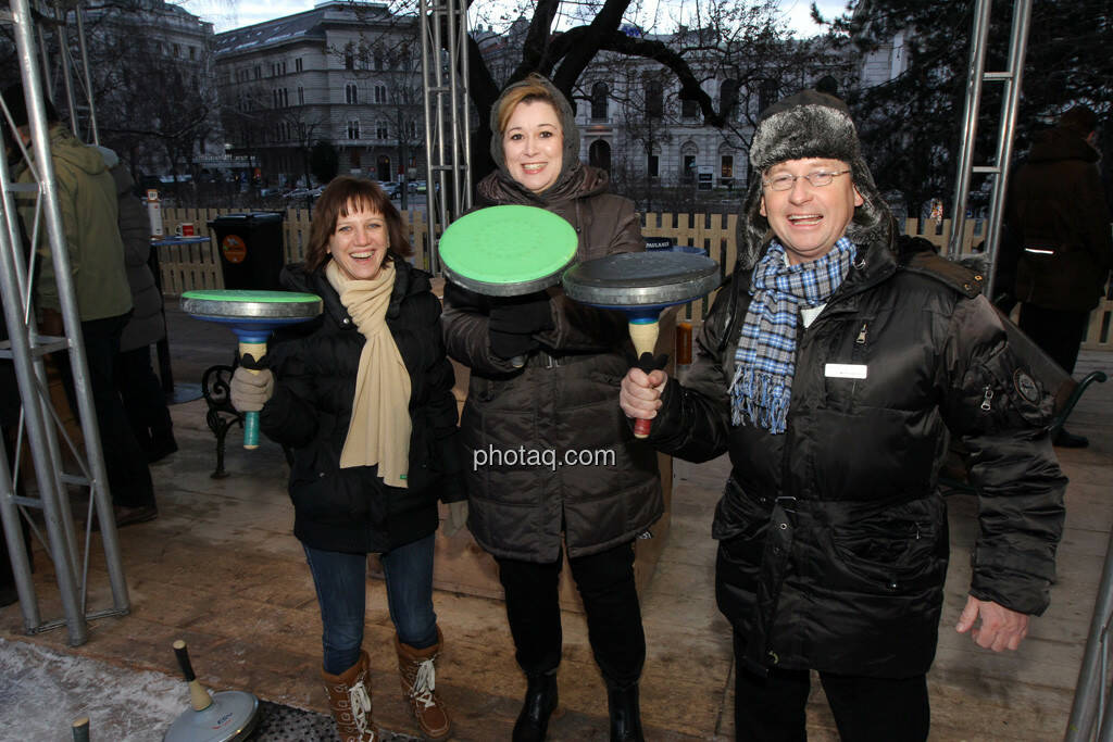 Eveline Gratzer, Regina Haberhauer, Dieter Kerschbaum - Eisstockschiessen mit der Erste Immobilien KAG , © Herbert Gmoser für finanzmarktfoto.at (21.02.2013)