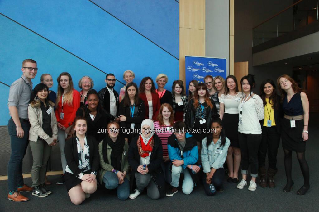 Angelika Mlinar und andere Europaabgeordnete mit Lehrlingen des Projekts Eu schnuppern: Parlamentsklub der Neos: Neos / Mlinar: Pilotprojekt EU-Schnuppern für Lehrlinge in Brüssel erfolgreich gestartet (17.04.2015)