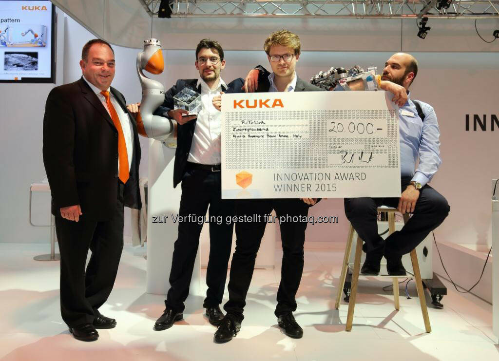 Bernd Liepert, Kuka Chief Innovation Officer, mit dem Siegerteam des Kuka Innovation Award, © Aussendung (17.04.2015)