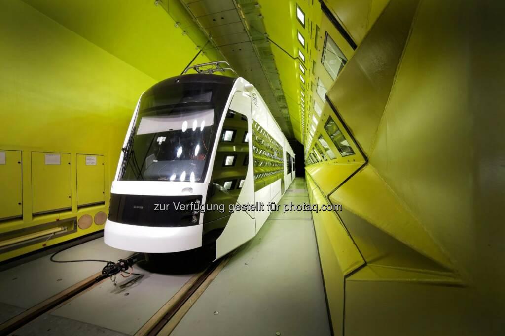Siemens: Extreme Hitze und eine hohe Luftfeuchtigkeit kennzeichnen das Wetter im Emirat Katar. Auch unter diesen Bedingungen muss die Straßenbahn vom Typ Avenio für Doha, die Hauptstadt Katars, einwandfrei funktionieren. Sie soll 2016 in Betrieb genommen werden. Dafür wird die Tram im Klima-Wind-Kanal des Rail Tec Arsenal (RTA) in Wien, Österreich, umfangreichen Tests im Temperaturbereich von Null bis über 40 Grad Celsius unterzogen., © Aussendung (20.04.2015)