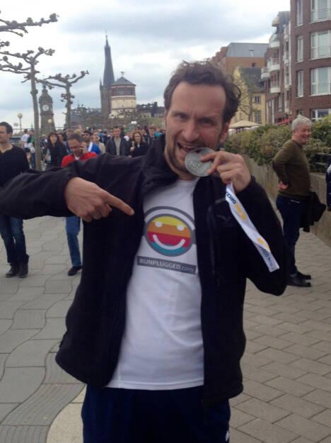 Stefan Kratzsch in Runplugged auf PB beim Düsseldorf-Marathon, © Diverse  (26.04.2015)