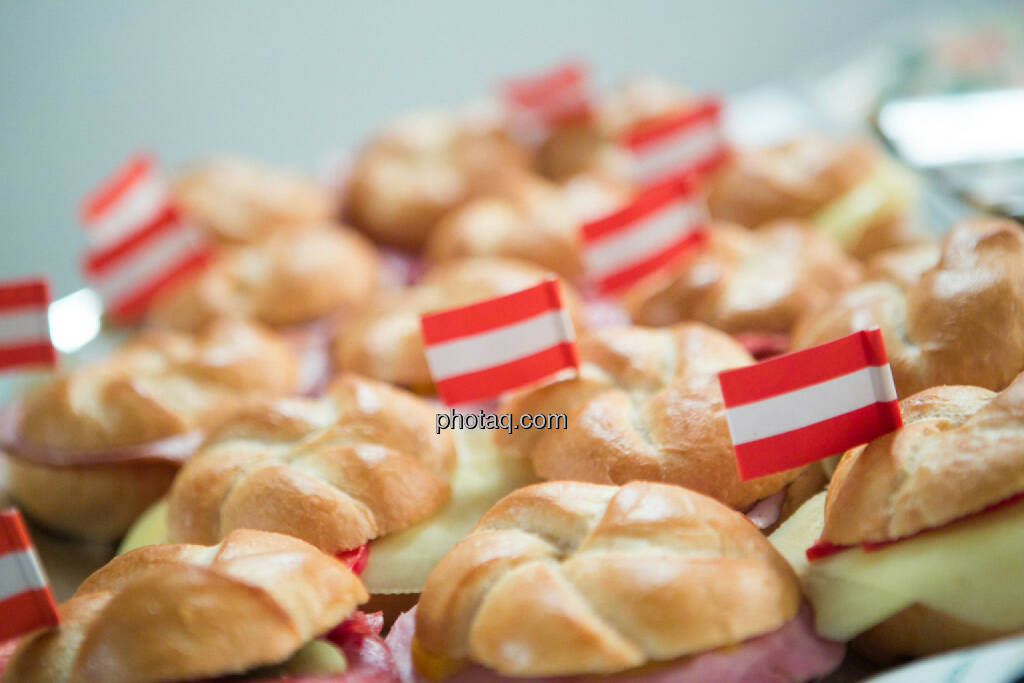 Semmel, Flagge, Österreich, rot-weiss-rotm Buffet - Vienna Gold and Silver Network Night, © photaq/Martina Draper (27.04.2015)