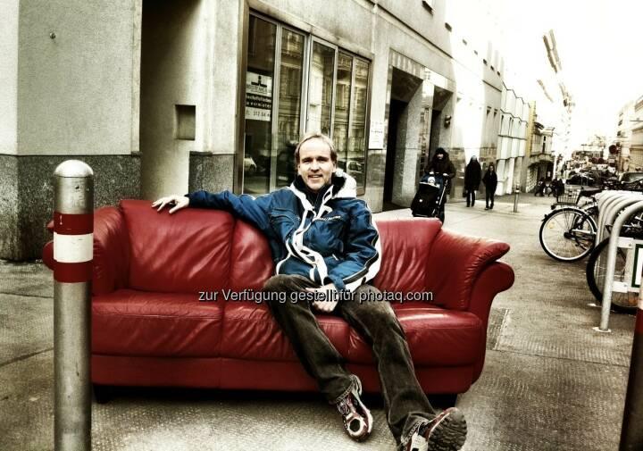 Die Couch, die Berggasse und der Typ hat a Freud ... Christian Drastil 2012 bei seinem Büro-Auszug beim Börse Express (c) Chladek