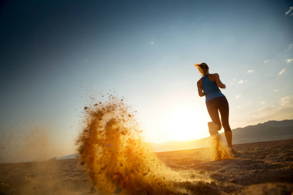 Wüste, laufen, Sand, Sonnenuntergang, heiss, http://www.shutterstock.com/de/pic-221911051/stock-photo-young-lady-running-in-a-desert-at-sunset.html  (06.05.2015)