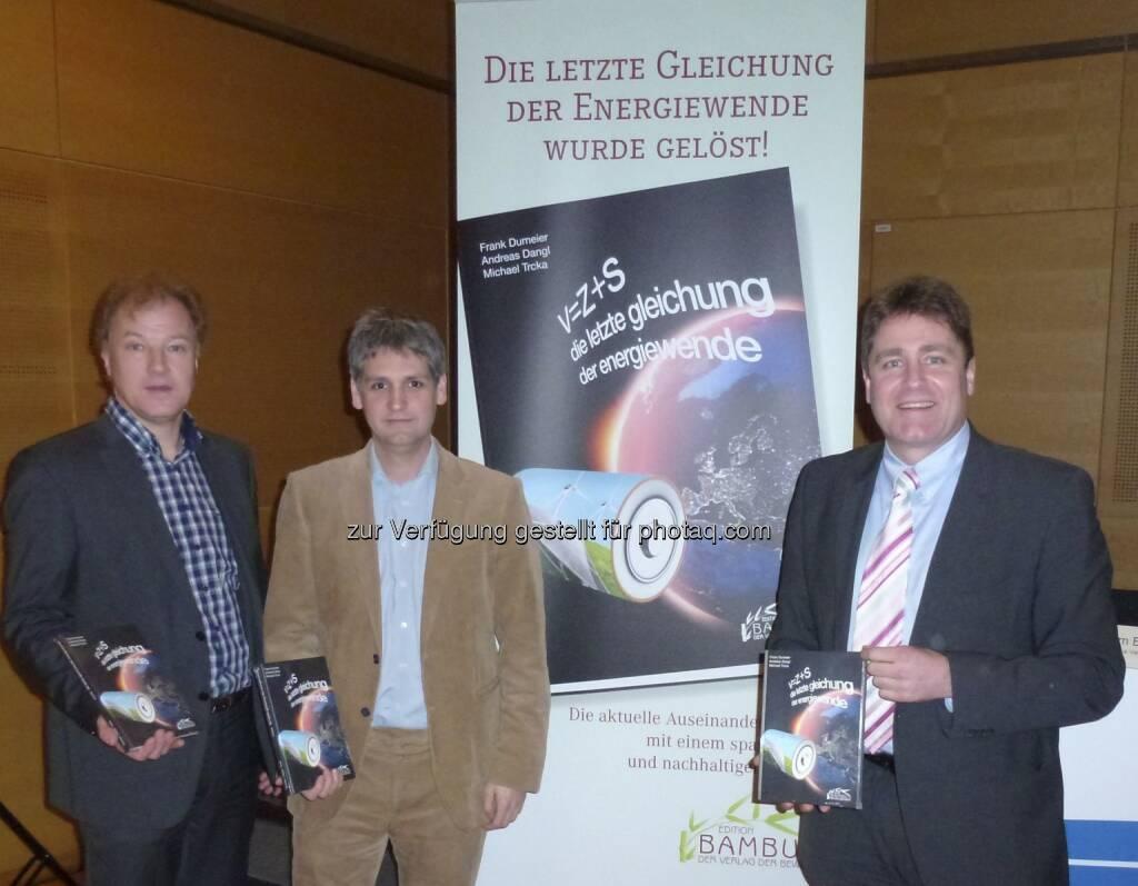 Dumeier, Dangl, Trcka stellten im Rahmen der Windenergiemesse EWEA in Wien das neue Buch V=Z+S - die letzte gleichung der energiewende vor, erschienen in der Edition Bambus (c) Aussendung (26.02.2013)