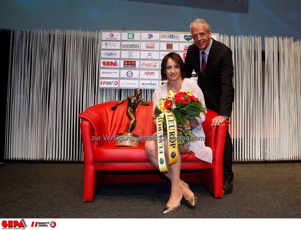 Image shows head coach of the year Evelyn Fauth (Tennis) and president Gerhard Widmann (Askoe). Photo: Gepa pictures/ Markus Oberlaender, © Gepa (08.05.2015)
