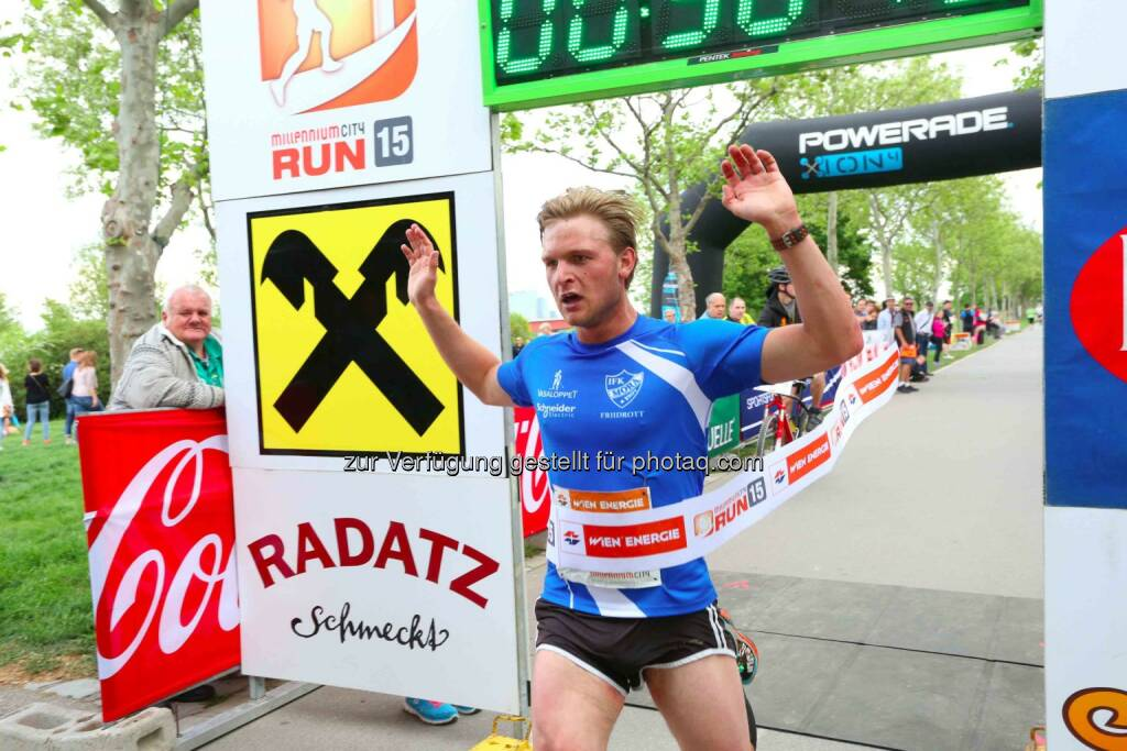 Max Bergström, Sieger Herren Millennium City Run 2015 über die 10km Distanz, © leisure.at/Ludwig Schedl (10.05.2015)