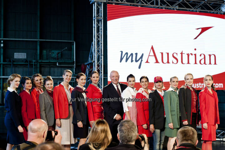 Kay Kratky (zukünftiger CEO Austrian) mit Crew in Uniform (Copyright: Austrian Airlines – Michele Pauty)