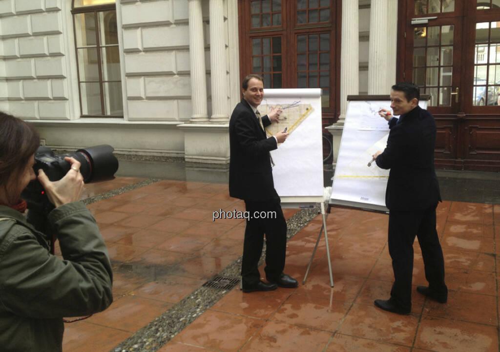 Martina Draper (finanzmarktfoto.at) fotografiert Christoph Schultes und Robert Schittler (28.02.2013)