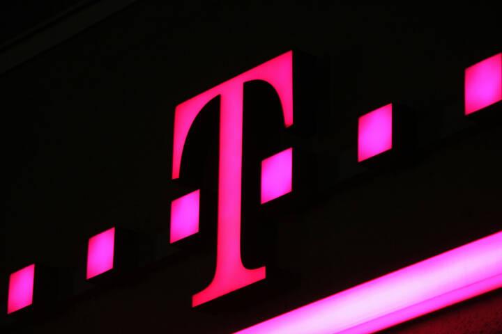 Deutsche Telekom, Logo, Magenta <a href=http://www.shutterstock.com/gallery-320989p1.html?cr=00&pl=edit-00>360b</a> / <a href=http://www.shutterstock.com/editorial?cr=00&pl=edit-00>Shutterstock.com</a>