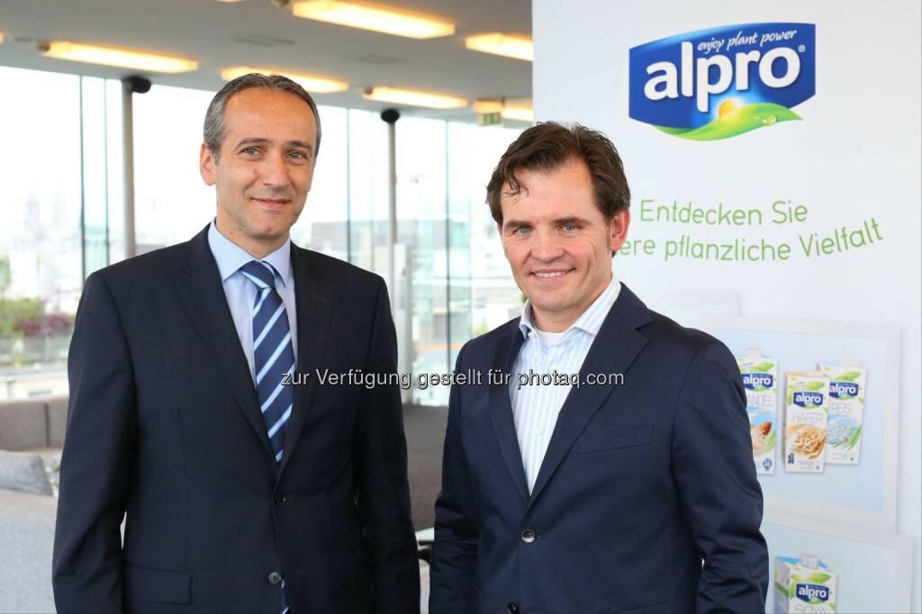 Gerd Trimmal (Geschäftsführer Bioquelle) und Michael Ohlendorf (Commercial Director Alpro D-A-CH): Alpro GmbH: Alpro steigert Umsatz in Österreich um 30 Prozent, © Aussender (21.05.2015)