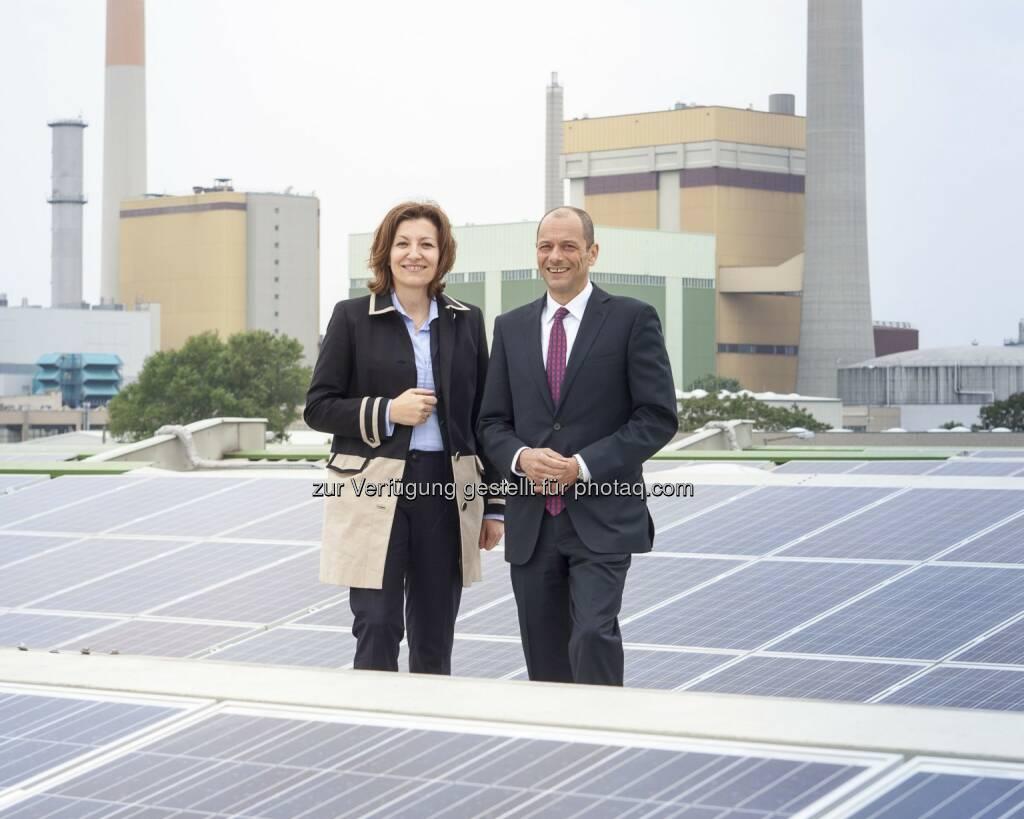 Susanna Zapreva (Geschäftsführerin Wien Energie), Gerald König (LGV-Vorstand): Wien Energie GmbH: Doppelt ökologisch - mehr Solarstrom für Wiener Gemüse, © Aussendung (22.05.2015)