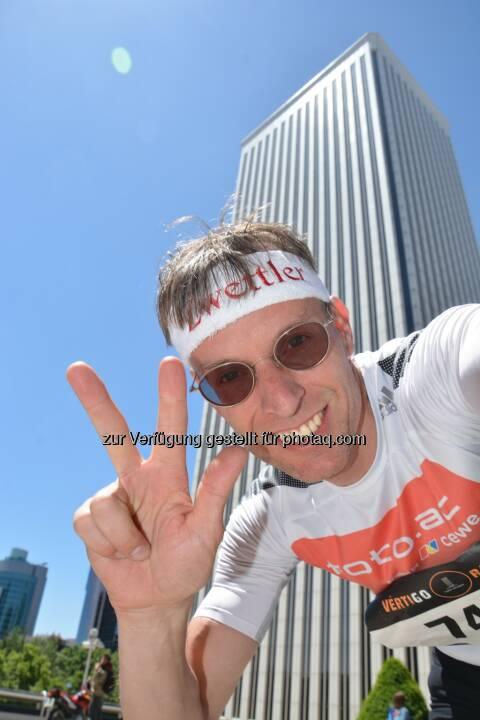 Ralf Majcen: Heute konnte ich in Madrid beim Treppenlauf auf den 156 Meter hohen Torre Picasso (798 Stufen, 44 Stockwerke, 100 Meter Anlauf-Sprint) nach 4,43 Minuten zu Platz 3 sprinten.