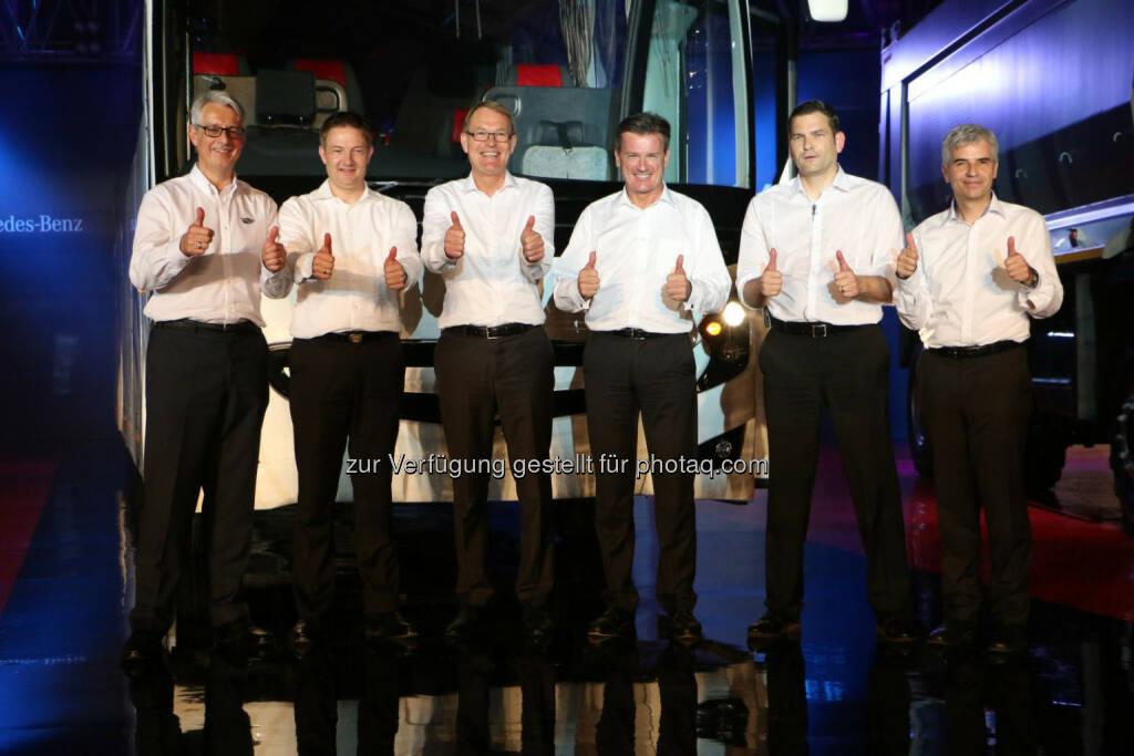 Mark Nodder (CEO Wrights Group), Markus Villinger (GF Daimler Buses India), Hartmut Schick (Leiter Daimler Buses), Wolfgang Bernhard (Vorstand der Daimler AG), Marc Llistosella (Leiter Daimler Trucks Asia), Erich Nesselhauf (CEO und Managing Director Daimler India Commercial Vehicles): Mit dem neuen Buswerk sowie zusätzlichen Fahrzeugen läutet das Nutzfahrzeuggeschäft von Daimler in Indien die zweite Wachstumsphase ein., © Aussendung (27.05.2015)
