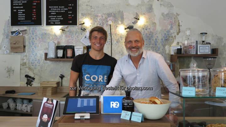 Gründer Christopher Fuchs mit zufriedenem Geschäftsführer der Kaffee Bar Balthasar: ready2order: Einfache und günstige Lösung für die Registrierkassenpflicht