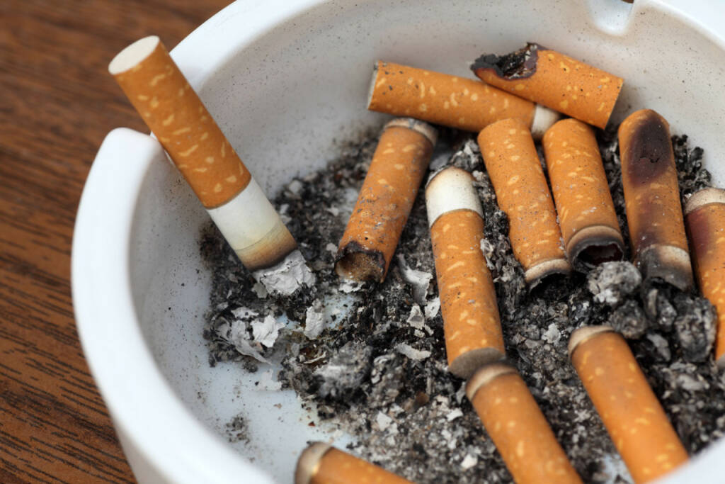 Aschenbecher, Zigaretten, http://www.shutterstock.com/de/pic-214726639/stock-photo-bad-addiction-ashtray-and-cigarettes-close-up.html (29.05.2015)