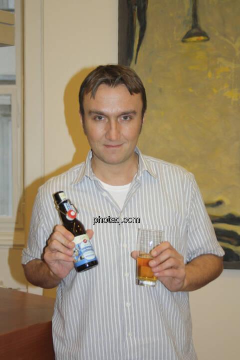 Herbert Gmoser mit dem Bier der Erste Immobilien KAG