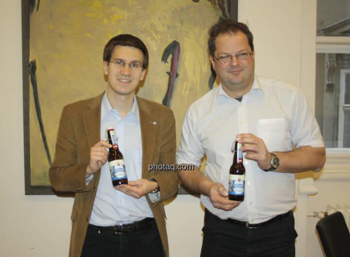 Bernd Hermann, Michael Pfeifer (beide AFA) mit dem Bier der Erste Immobilien KAG  (c) Herbert Gmoser
