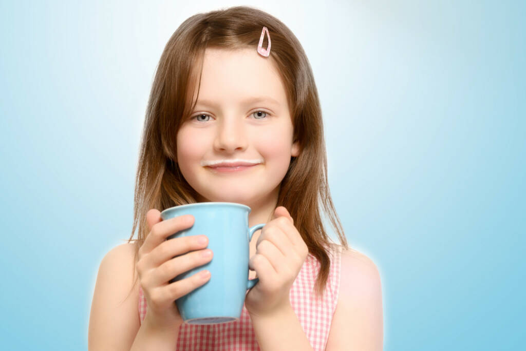 Milchbart, Milch, trinken, http://www.shutterstock.com/de/pic-186032375/stock-photo-beaming-little-girl-enjoying-a-hot-beverage-clasping-a-big-blue-mug-in-her-hands-as-she-smiles-at.html (01.06.2015)