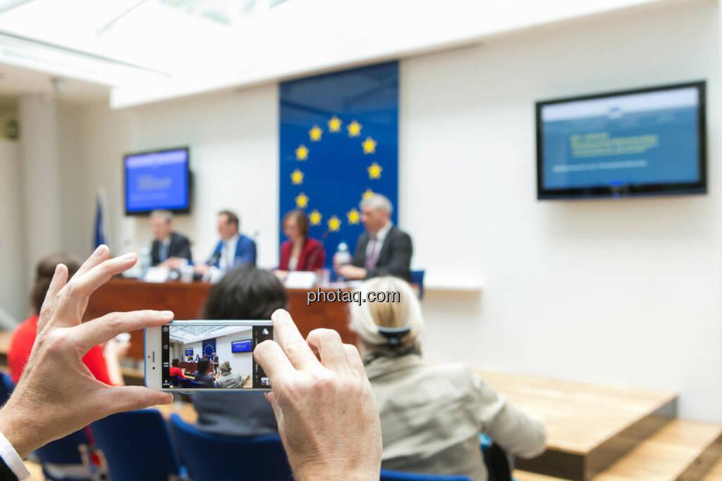 EU informiert zu Rechtschutz bei Verbraucherkrediten, Handy, Foto, © photaq/Martina Draper (01.06.2015)