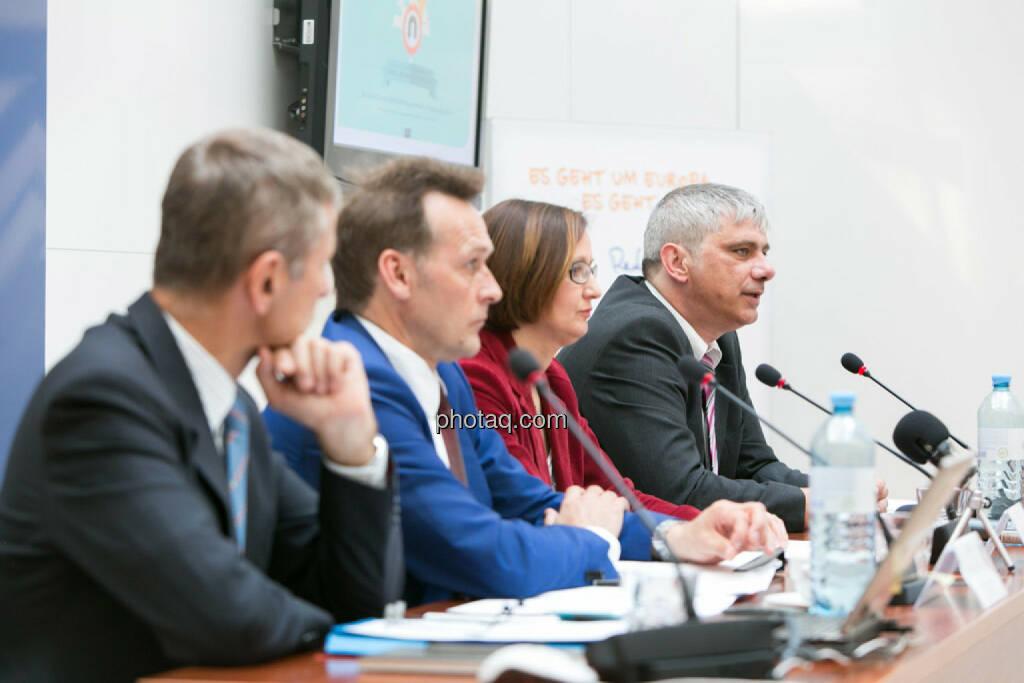 Heinz Miko (EU-Kommission Vertretung in Ö), Johann Sollgruber (Leiter der Vertretung der EU-Kommission in Ö), Gabriele Zgubic (AK Wien), Bernd Lausecker (VKI), © photaq/Martina Draper (01.06.2015)