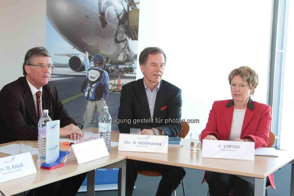 Geschäftsführer Roland Hermann, Autor Bernd Gaubinger, Vizepräsidentin Andrea Stifter (Bild: Salzburger Flughafen) (05.03.2013)
