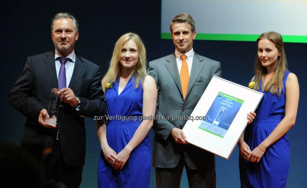 Solarwatt-Geschäftsführer Detlef Neuhaus (links) nimmt gemeinsam mit Hauptanteilseigner Stefan Quandt den ees Award 2015 entgegen: Solarwatt GmbH: Solarwatt GmbH gewinnt ees Award 2015 mit neuem Stromspeicher MyReserve (C) obs/Solarwatt GmbH, © Aussendung (11.06.2015)