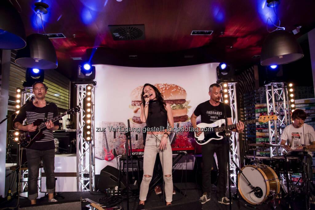 Kathi Kallauch gab ein exklusives Konzert im McDonald's Restaurant Graz-Seiersberg, © Nedim Husicic   Optical Engineers (15.06.2015)