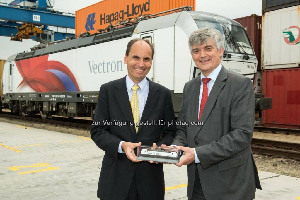 Georg Kasperkovitz, Vorstand der Rail Cargo Group, Arnulf Wolfram, Leiter Mobility, Siemens AG Österreich: Erfolgreiche Lok-Testfahrt auf SüdosteuropastreckeCopyright: Siemens, © Aussendung (16.06.2015)