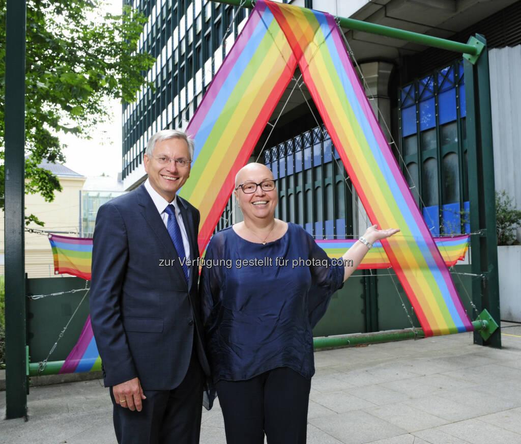 Bundesminister Alois Stöger (l.) und Gesundheitsministerin Sabine Oberhauser hissen die Regenbogenfahne als Zeichen für Vielfalt und Toleranz. © BMVIT / Johannes Zinner  (16.06.2015)