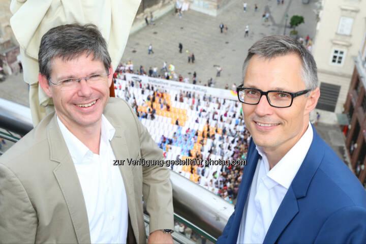 Rudolf Schrefl (3CCO), Jan Trionow (3CEO): Hutchison Drei Austria Gmbh: Auftakt zur 3Liegestuhl-Pause am Stephansplatz