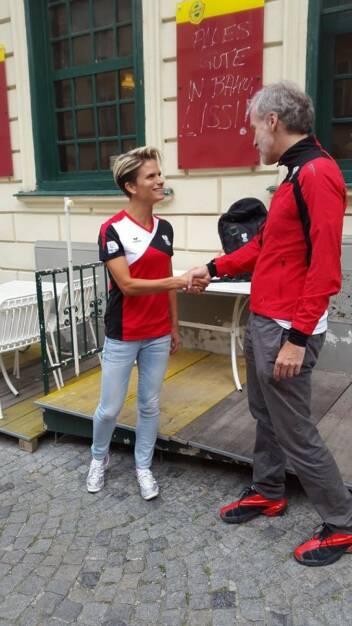 Handshake: Elisabeth Niedereder (Tristyle), Christian Drastil (Runplugged) (17.06.2015)