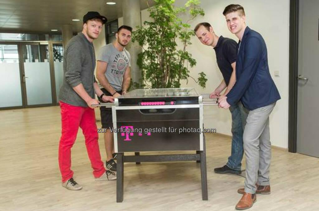 Fabian Brandl, Mirza Jahic, Michael Hambrusch und Phillip Oppeneiger (v.l.n.r.) treten als Team für T-Mobile an.T-Mobile: Vier Gamer treten für T-Mobile zum Weltrekordversuch an (C) T-Mobile, © Aussender (18.06.2015)