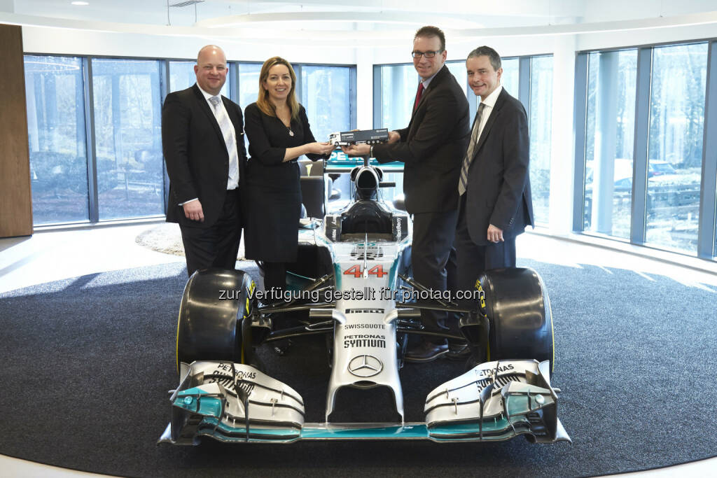 "Robert Yeowart, Director of Business Development and Logistics Mercedes AMG Petronas; Caroline McGrory, Director of Legal and Commercial Affairs Mercedes AMG Petronas; Christian Schultze, Head of DB Schenkersportsevents Global und Jochen Müller, Board Member – Air freight, Fairs & Special Transports: DB Schenker in Österreich: Formel 1: DB Schenker mit Mercedes AMG Petronas beim ""Großen Preis von Österreich"", (C) DB Schenker, © Aussendung (19.06.2015)"