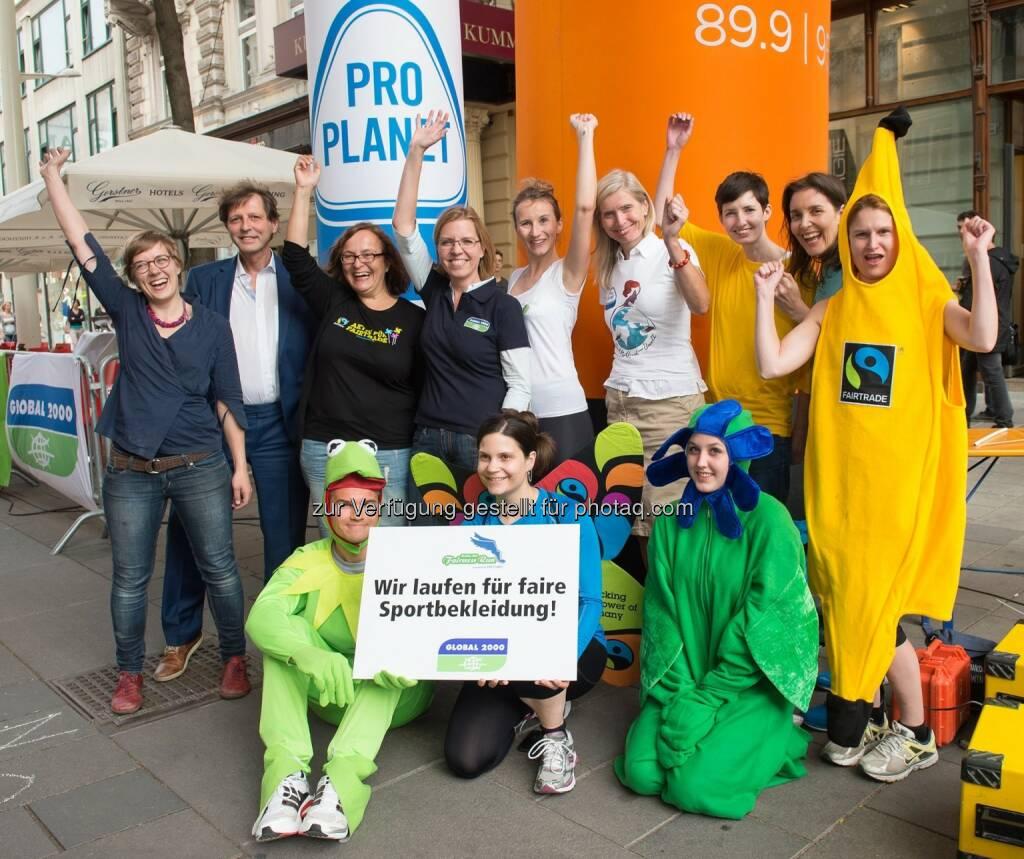 Madelaine Neumayr (Veranstalterin Global 2000 Fairness Run), Bezirksvorsteher Thomas Blimlinger (Bezirk Neubau), Annemarie Kollmann (Fairtrade Österreich), Leonore Gewessler (Global 2000), Petra Lehrbaum (ÖBB), Tanja Dietrich-Hübner (Rewe Group / Pro Planet, Michaela Königshofer (Clean Clothes Kampagne Österreich), Carola Gausterer (Radio Wien) mit kostümierten LäuferInnen, © Hagen/Global 2000 Fairness Run (19.06.2015)