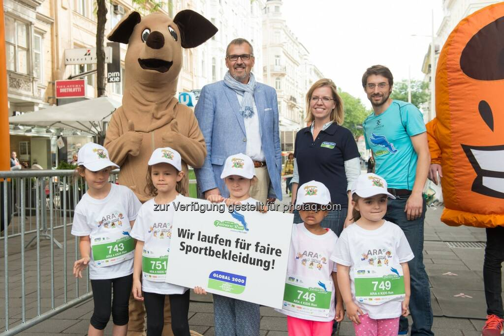 Christian Mayer (ARA Altstoff Recycling Austria AG), Leonore Gewessler (Global 2000), Jürgen Smrz (Veranstalter des Global 2000 Fairness Run) mit Kindergarten-Kindern, © Hagen/Global 2000 Fairness Run (19.06.2015)