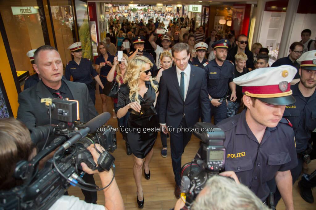 Stargast Pamela Anderson mit Matthias Franta, Center Manager Donau Zentrum im Rahmen der Vienna Fashion Night 2015, (C) Robin Weigelt (21.06.2015)