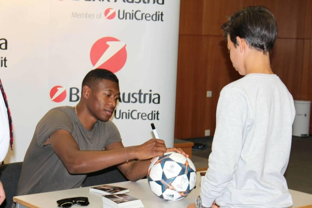 David Alaba bei der Autogrammstunde in der Bank Austria., © Aussendung (23.06.2015)