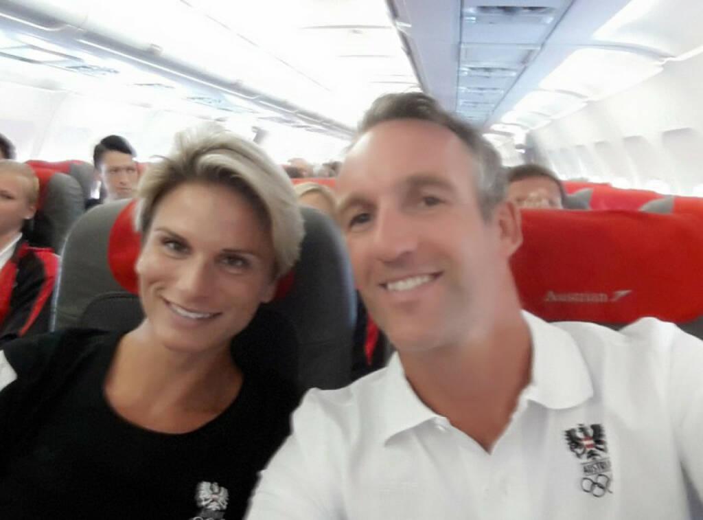 Elisabeth Niedereder (Tristyle Runplugged Runners) und Christoph Sumann als Sitznachbarn beim Heimflug aus Baku (23.06.2015)