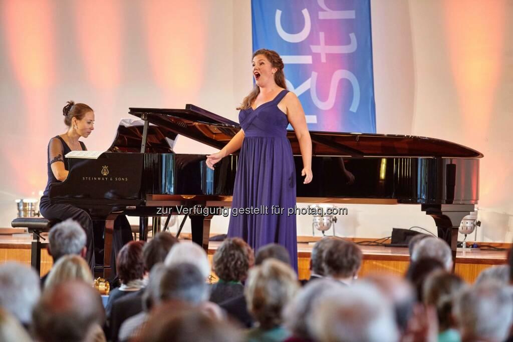 Emma Moore, Gewinnerin des Richard-Strauss-Gesangswettbewerbs 2015, am Klavier begleitet von Susanna Klovsky: BMW ist exklusiver Automobilpartner, © Aussendung (24.06.2015)