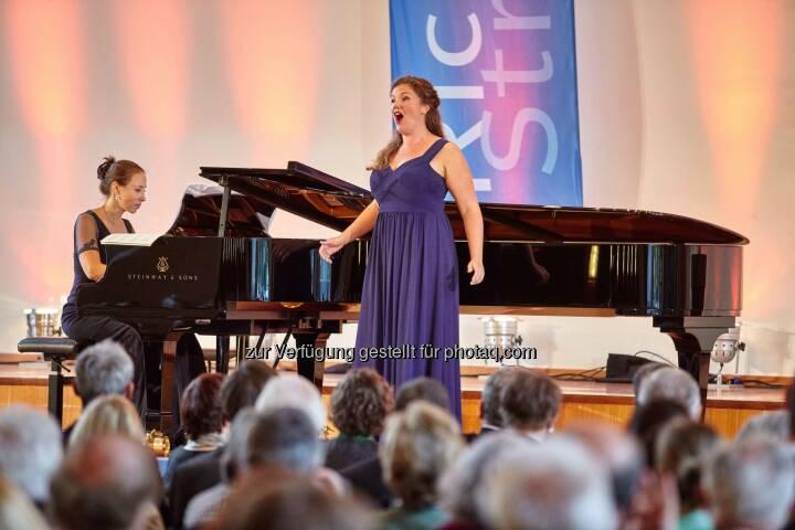Emma Moore, Gewinnerin des Richard-Strauss-Gesangswettbewerbs 2015, am Klavier begleitet von Susanna Klovsky: BMW ist exklusiver Automobilpartner