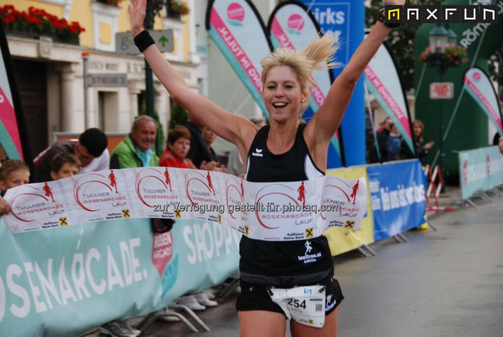 Zieleinlauf Anita Miedl, Siegerin Hobbylauf Rosenarcadelauf Tulln, © MaxFun Sports (25.06.2015)