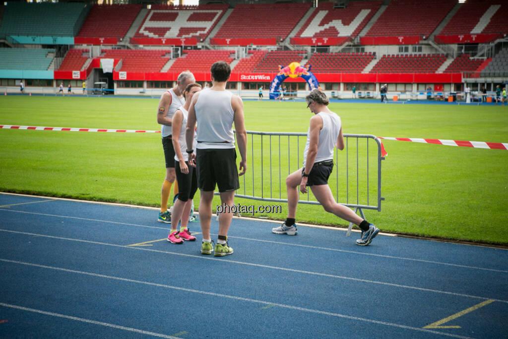 LCC Team- und Firmenlauf, aufwärmen, dehnen, stretching, © photaq/Ludwig Hartweger/Martina Draper/div.Handypics (26.06.2015)